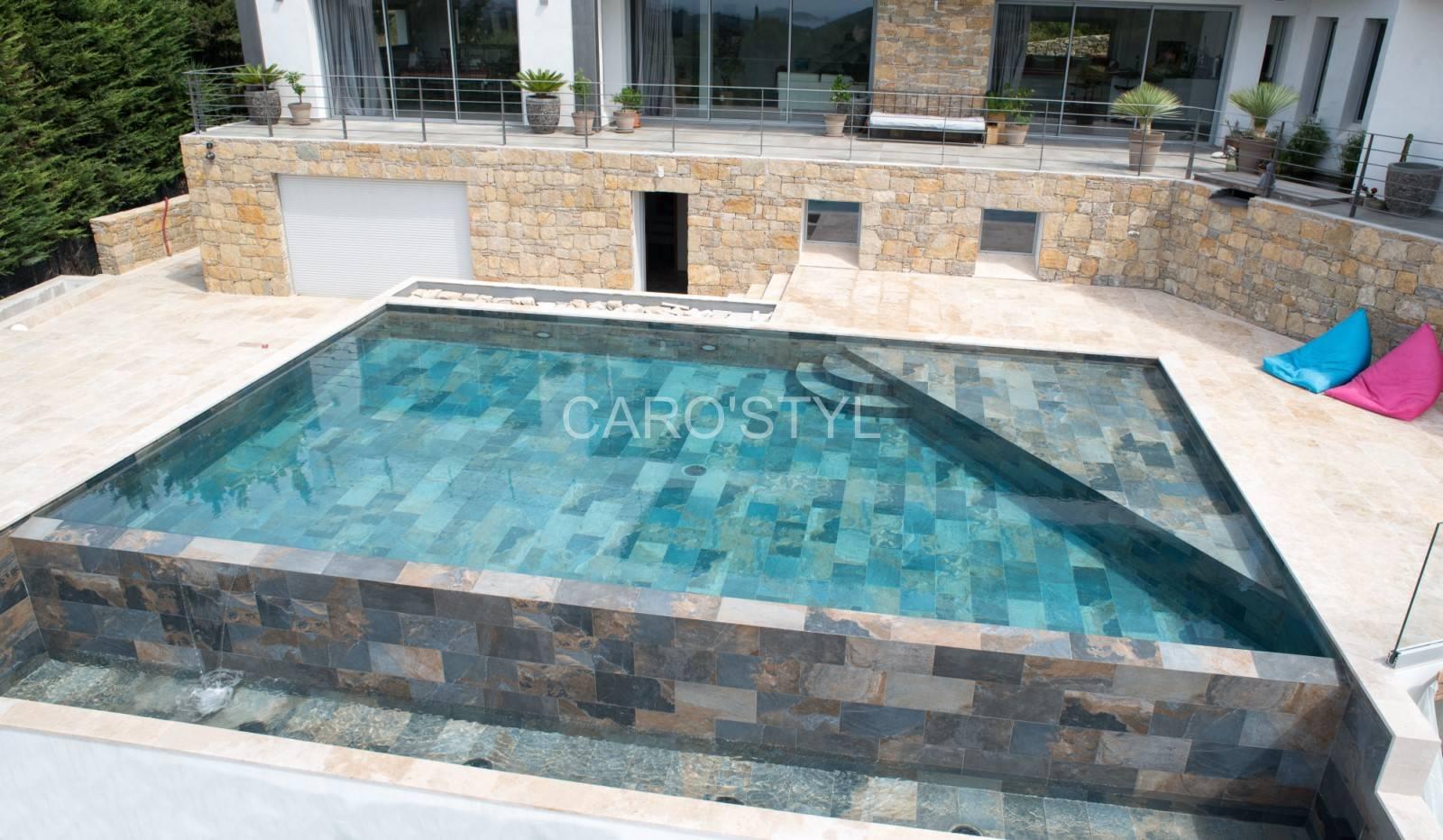 une piscine contemporaine aux diverses tonalit s. Black Bedroom Furniture Sets. Home Design Ideas
