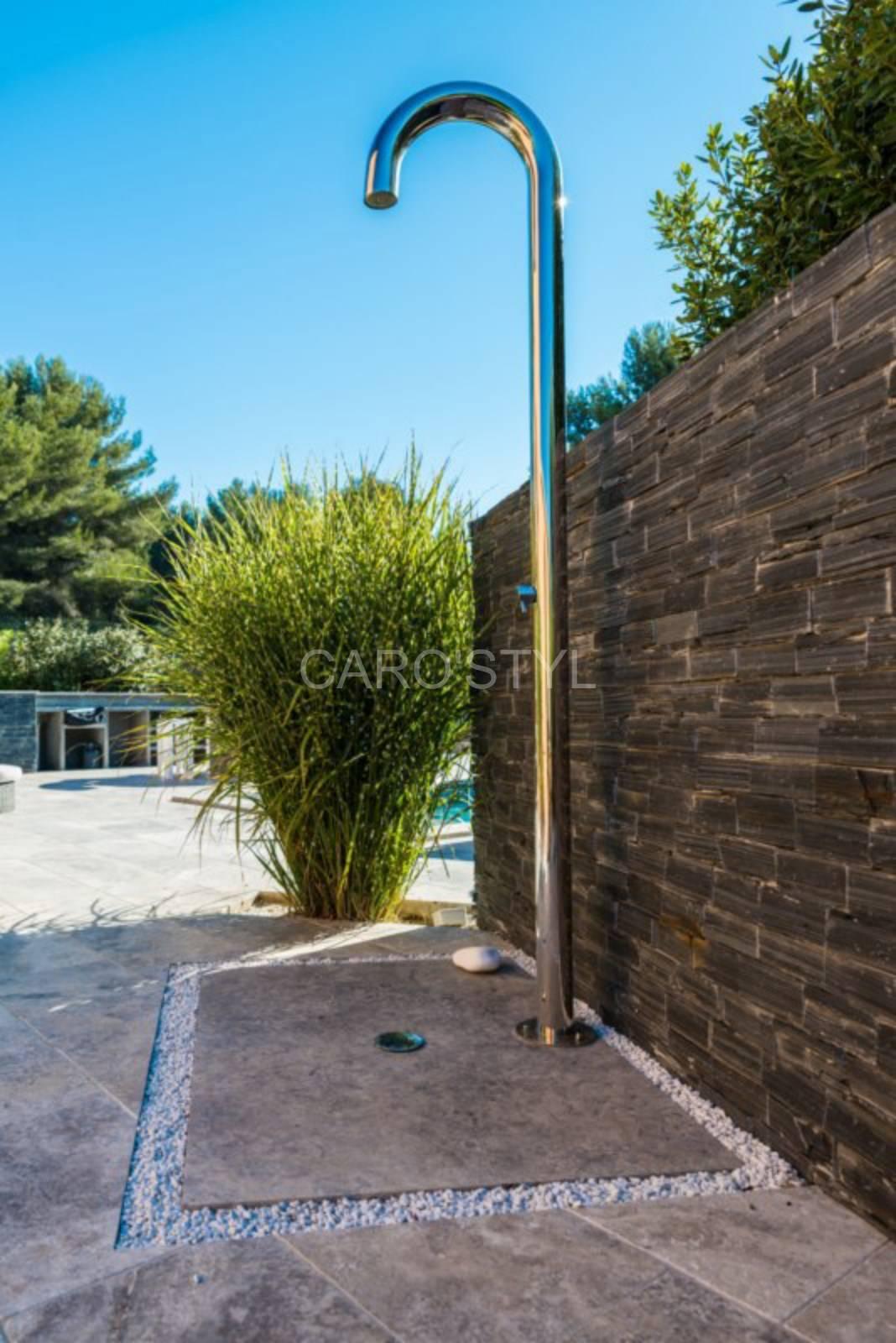 l 39 indispensable douche ext rieure pour piscine et jardin. Black Bedroom Furniture Sets. Home Design Ideas